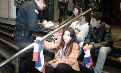 Ciudadanos burlan a la seguridad y se encadenan en la puerta del Congreso