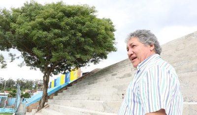 Resistencia: El árbol del presi crece en las gradas