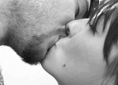 A diferencia de los amantes, las parejas estables casi no se besan