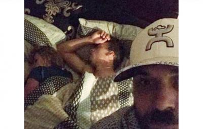 Encontró a su novia con otro hombre en su cama y se volvió estrella en Facebook