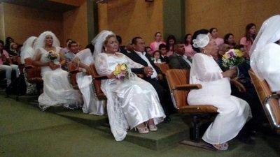 Emotivo casamiento comunitario en el Incan
