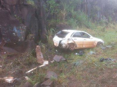 Intensa lluvia causa vuelco de automóvil en Naranjito