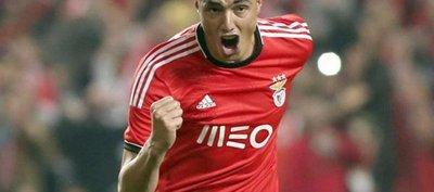 Benfica felicita a Tacuara Cardozo, su máximo goleador extranjero