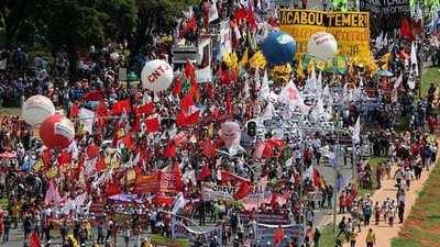 Manifestantes marchan y piden renuncia de Temer