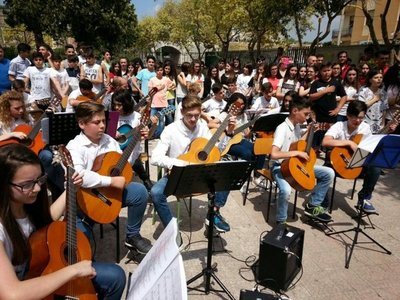 Italianos cantan Himno Paraguayo para músicos de Cateura