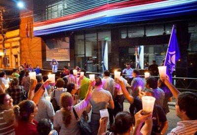 Prenden velas frente al MEC para reclamar el veto de ley