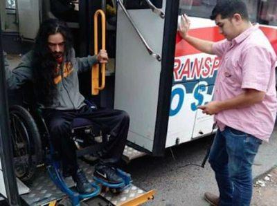 Chofer ayudó a un pasajero