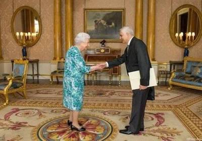 Embajador Genaro Pappalardo presenta cartas credenciales a la Reina Isabel II