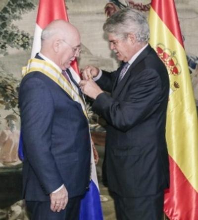 Condecoran a canciller paraguayo en España