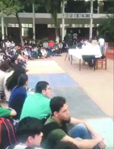 """Visita de Menchi a un colegio  desata """"prohibición"""" del MEC"""