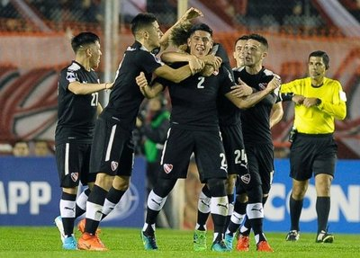 Independiente golpea primero
