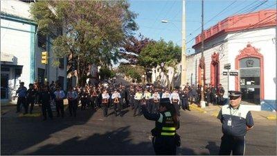 Policía impide avance de marcha por microcentro