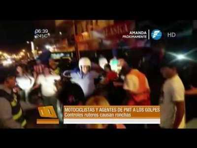 Batalla campal entre agentes de tránsito y motociclistas