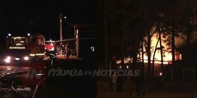 SECADERO DE YERBA MATE ARDE EN LLAMAS EN PLENO CENTRO DE BELLA VISTA