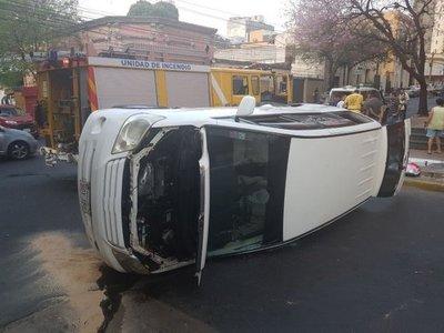 Accidente provoca vuelco de un rodado