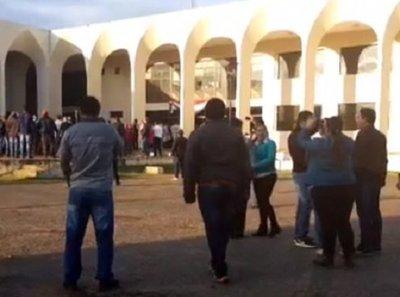 Ingresan a la fuerza a Gobernación de Guairá
