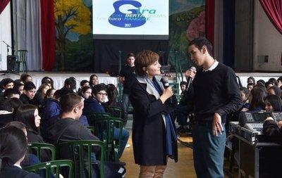Berta Rojas conquista a los jóvenes con los acordes del gran  Mangoré