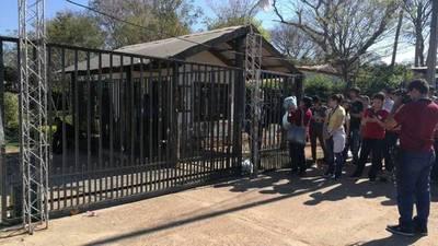 Estudiantes toman colegio privado en Limpio
