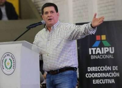 """Insólito: Horacio Cartes recibe el apoyo de los """"marihuaneros"""" en pleno acto oficial"""
