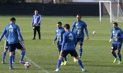 Arce ensaya equipo ofensivo para medir Chile