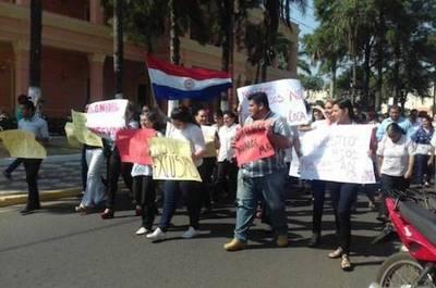 Crisis en Guairá: funcionarios de la gobernación marchan exigiendo cobrar sueldos