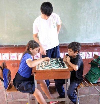 CDE: Joven enseña matemáticas a través de ajedrez a niños
