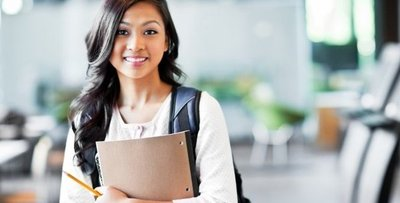 Los universitarios son más empleables y ganan un 56 % más