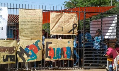 Colegios de San Pedro y Troche siguen bajo toma