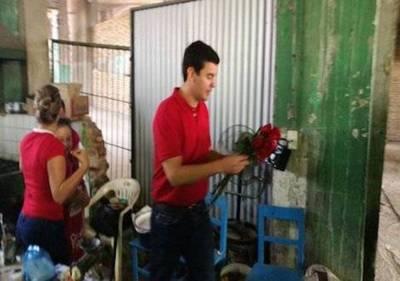 Peña y Tarragó saludan a vendedores del Mercado 4
