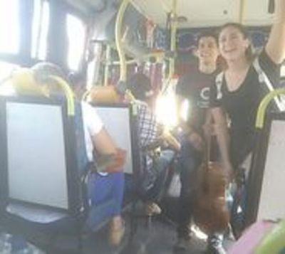 Enamorados cubren sus gastos universitarios cantando juntos en buses