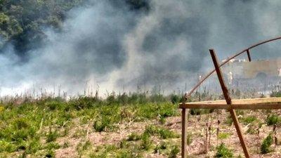 Encuentran muerto a un hombre en un campo en llamas