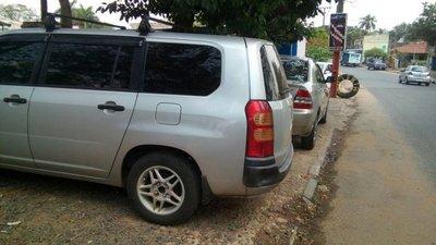 Vereda obstruida por vehículos