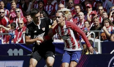 El Atlético derrota al Sevilla y se aproxima a la punta