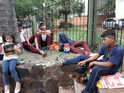 CDE: Se encadenan a sede del Indert en reclamo de tierras