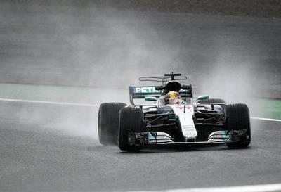 Lewis firma el mejor tiempo bajo la lluvia