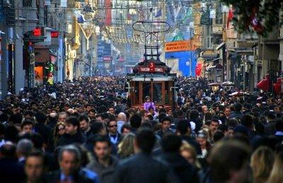Turistas dan la espalda al barrio de moda de Estambul