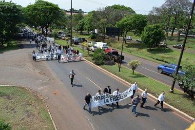 CDE: Funcionarios fiscales realizaron marcha