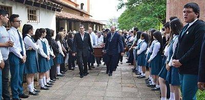 Emotivo último adiós al padre Heyn