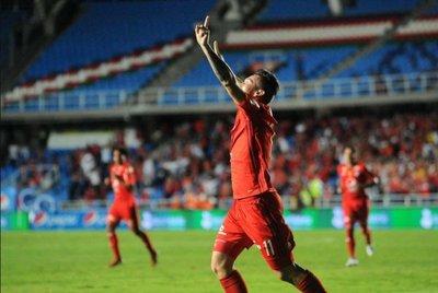 Fernández marcó dos goles en Colombia