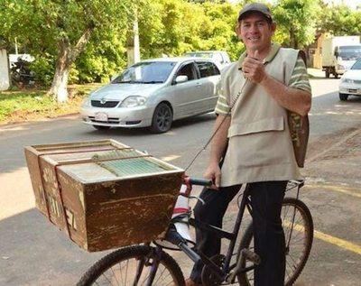 Terencio anda 30 kilómetros en bici al día vendiendo chipa