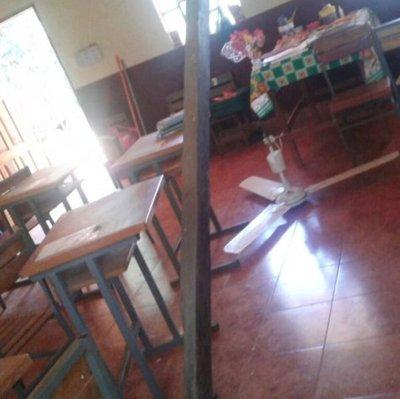 Gran viga de madera se desplomó en un  aula de escuela