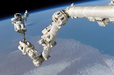 Astronautas repararon brazo robótico de estación espacial