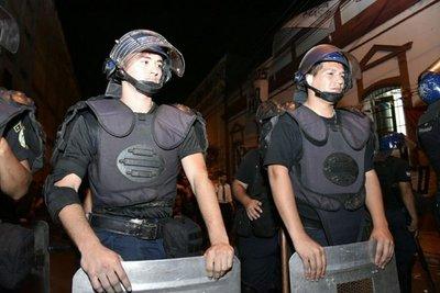 Policías atacados con petardos