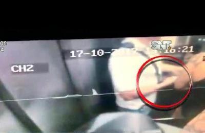 Video muestra a agente de la SENAD recibiendo supuesta coima