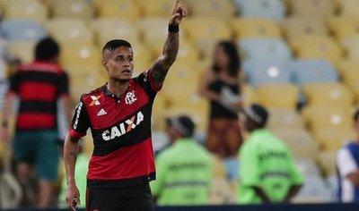 Flamengo se impone en el Fla-Flu y se acerca a semis
