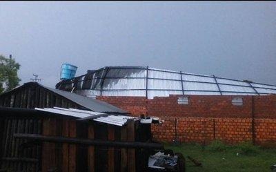 Fuerte tormenta causa daños en Puerto Casado