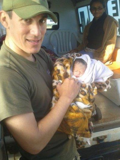 El militar que ayudó en el nacimiento de 16 bebés