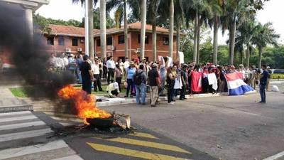Funcionarios de UNA queman cubiertas para pedir reajuste