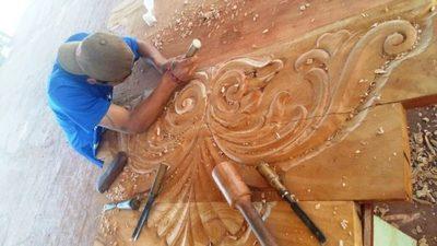Instruyen en el arte del tallado en madera a reclusos adolescentes