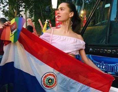 Con la bandera paraguaya en alto, modelo participó en marcha gay en Buenos Aires
